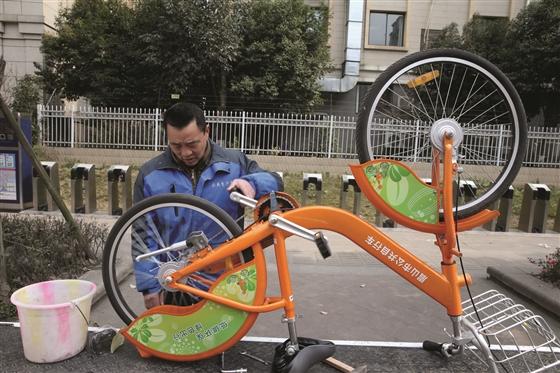 专业人员负责维修自行车。